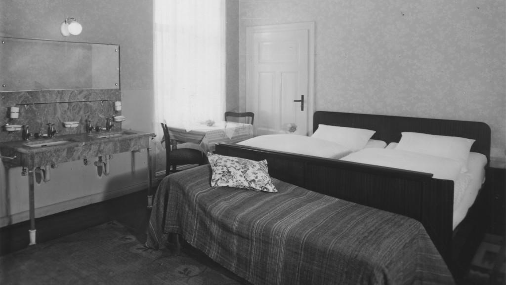 Hotelzimmer mit Waschtisch