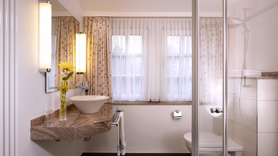 Badezimmer mit viel Tageslicht