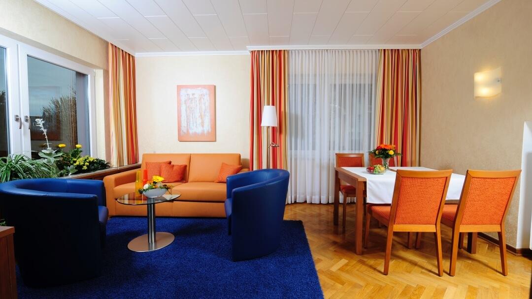 Wohn-/Essbereich mit Schlafcouch in der Ferienwohnung im Sonnenhof