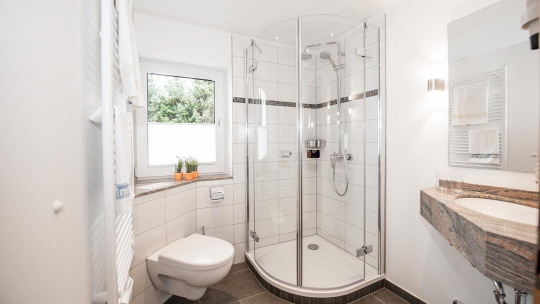 Badezimmer mit Regendusche und Tageslicht