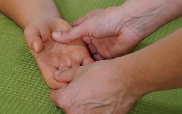 Osteopathie: Hände ertasten Störungen und bringen Patienten ins Gleichgewicht