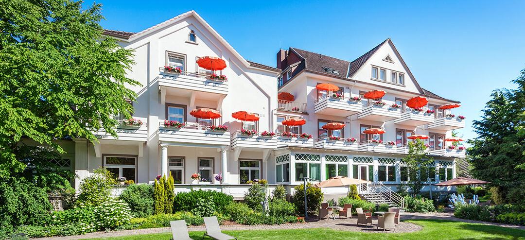 Außenansicht unseres Hotels von Gartenseite im Sonnenschein