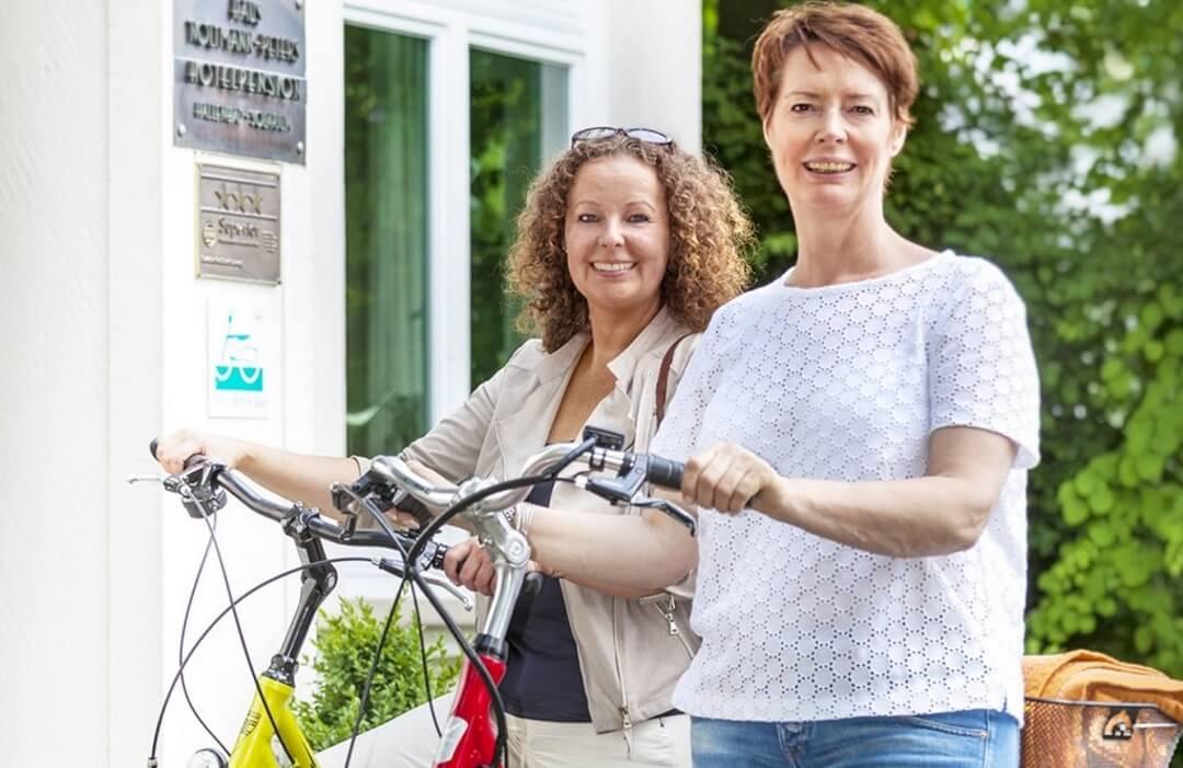 Sportliche Radfahrerinnen freuen sich auf eine Radtour durch den Teutoburger Wald. Eine Gesundheitsreise nach Maß.