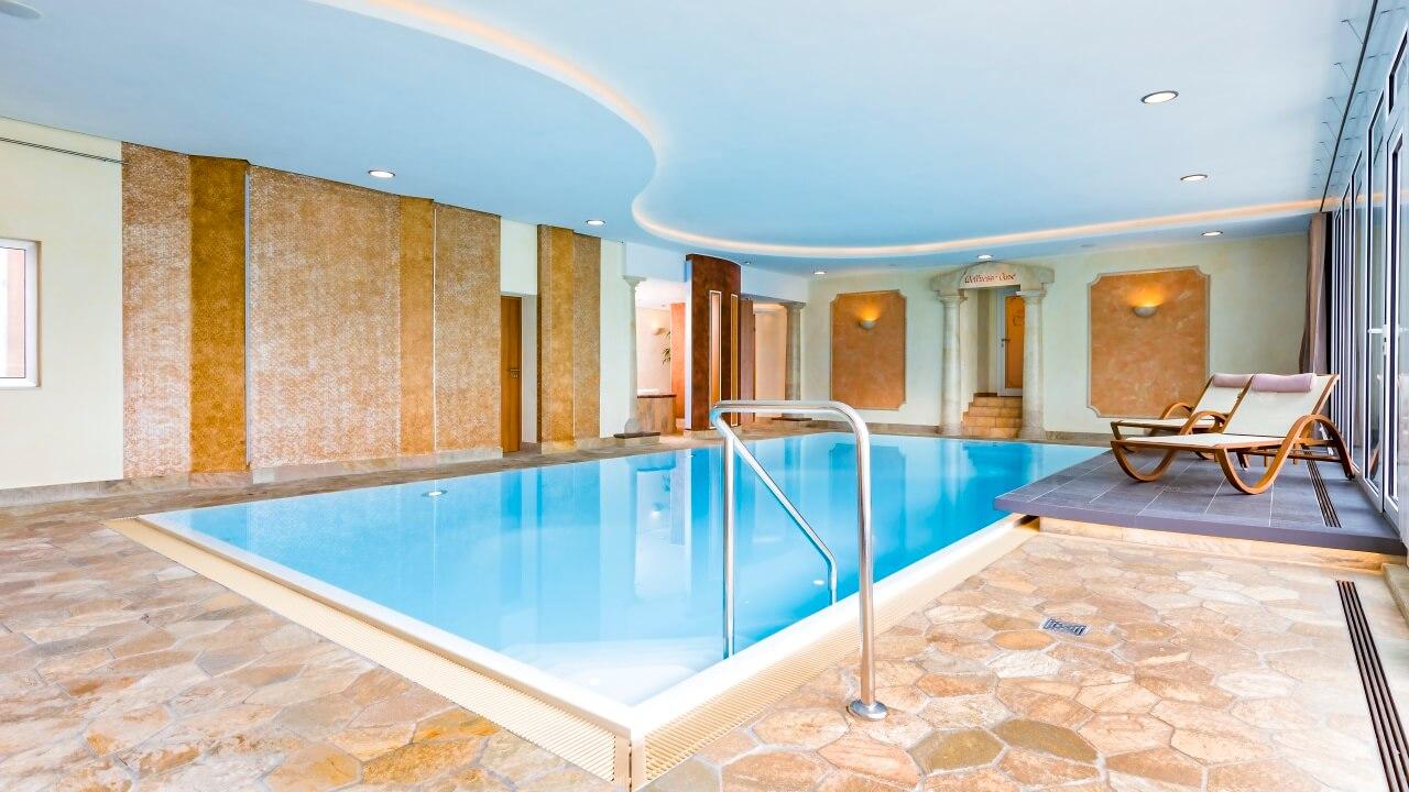 Schwimmbad mit Whirlpool und Sauna