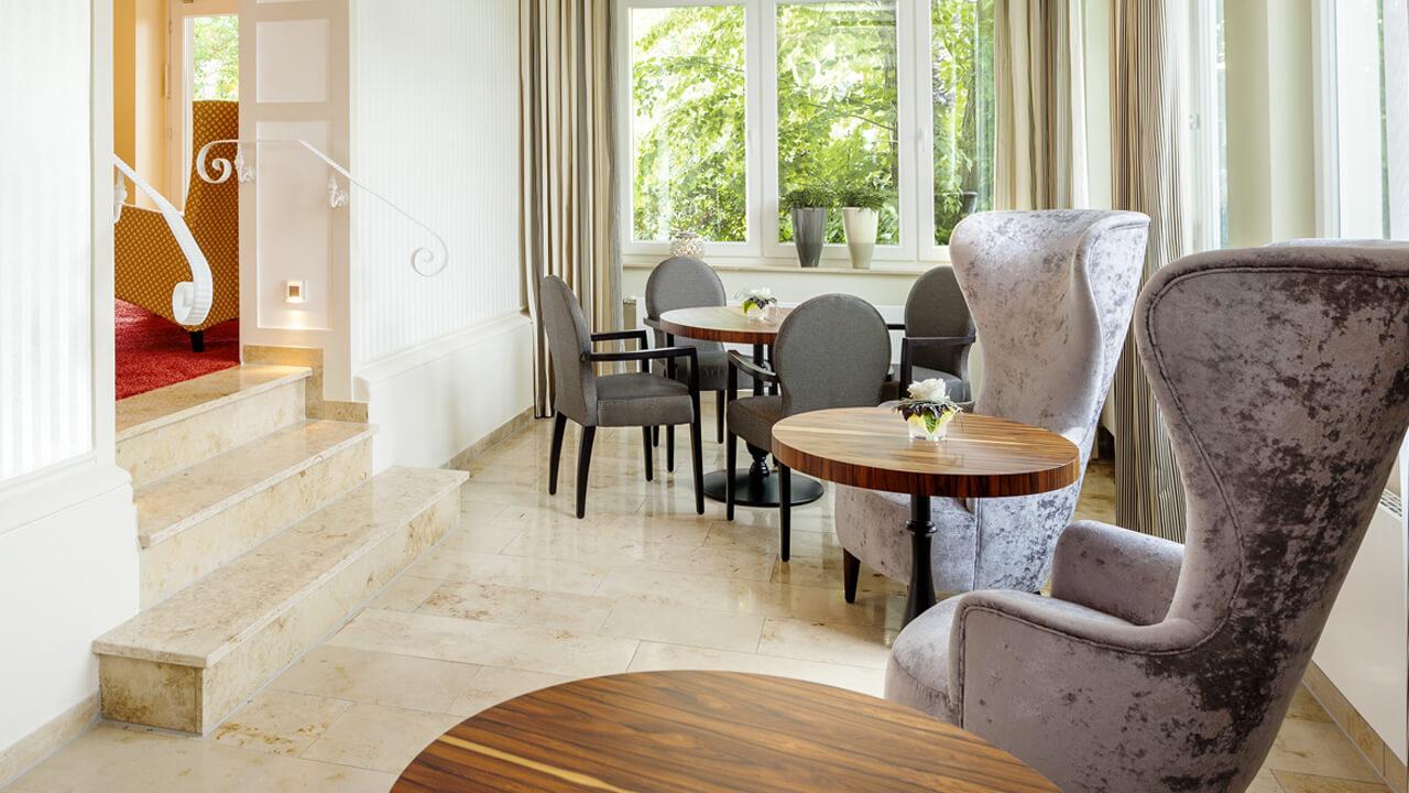 Sitzgelegenheiten in der Hotelempfangshalle
