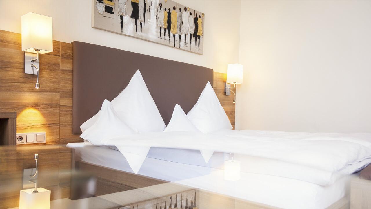 stimmungsvolle Aufnahme des Hotelbetts mit Spiegelung