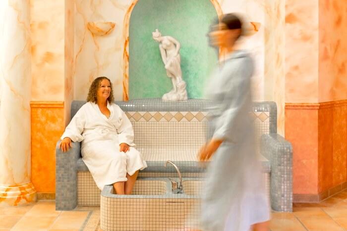 zwei Damen nehmen Fußbad im Atrium